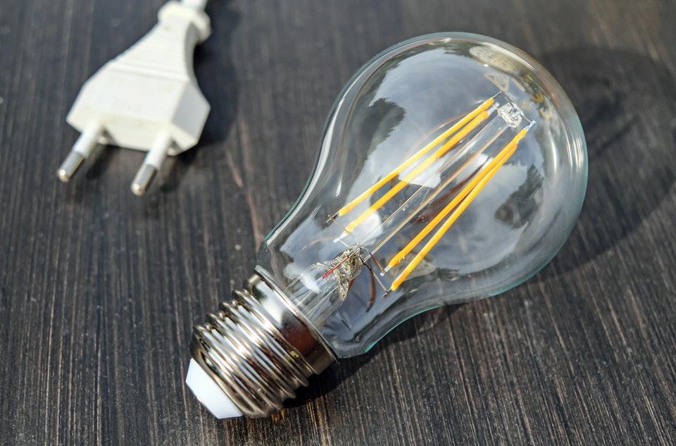 Jak zaoszczędzić na zużyciu energii elektrycznej dla firmy